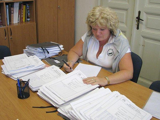 Úterní šestnáctou hodinou padla poslední možnost odevzdat kandidátní listinu. Vedoucí kanceláře starosty Jana Říhová (na snímku) však pokračovala ve své práci dál.
