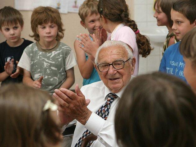 Sir Nicholas G. Winton, britský makléř a humanitární pracovník, který v roce 1939 zachránil 669 převážně židovských dětí z území ohroženého Československa před smrtí transportem do Velké Británie zavítal  do kunžacké základní školy, která nese jeho jméno