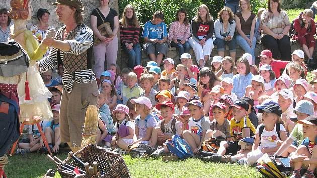 Kejklíř Vojta Vrtek udělal dětem ve stráži nad Nežárkou radost.