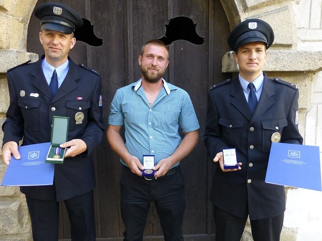 Vít Korbel (vlevo), který u policie slouží již 21 let, z toho dvě desítky let v Suchdole nad Lužnicí, vyprostil z vozidla uvízlého ve vodě jeho řidiče. K nehodě jej a jeho kolegu Lukáše Michalíka (vpravo) přivolal David Tlachna.