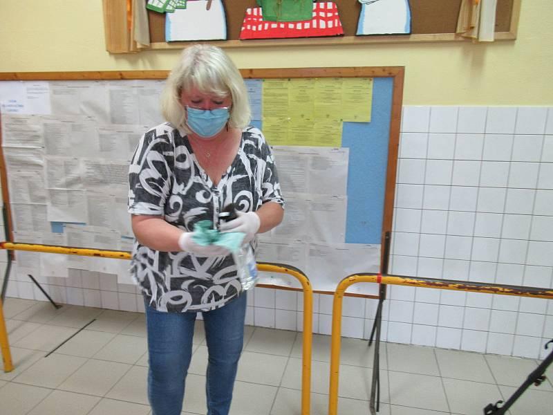 Největší zájem o volby do krajského zastupitelstva a senátu zaznamenala zatím volební komise v Kardašově Řečici, od 14 hodin se nestačili ani nadechnout.