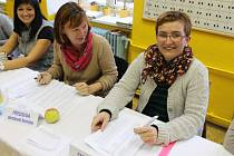 Nad volbami v novobystřické škole bděly předsedkyně komise Iveta Mičunková a zapisovatelka Lenka Böhmová.