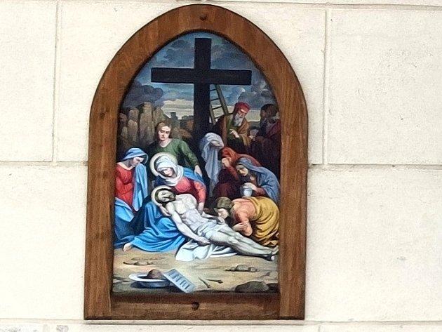 Křížová cesta ke kostelu svatého Jakuba vJindřichově Hradci. Tělo Pána Ježíše sňato zkříže.