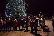 Koledy si v Roseči zazpívali u vánočního stromu.