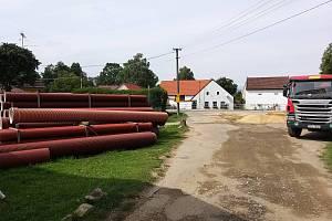 Práce na kanalizaci jsou v Děbolíně pro letošní rok hotové.
