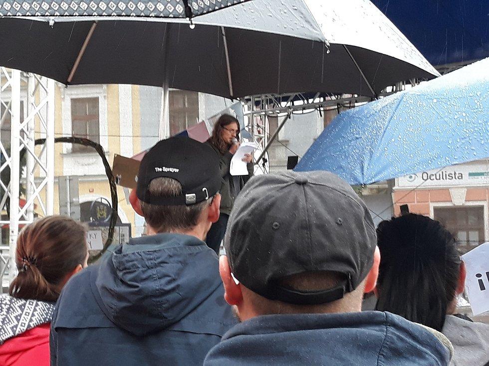 Po demisi premiéra Andreje Babiše a ministryně spravedlnosti Marie Benešové volali také lidé v Jindřichově Hradci na náměstí Míru.