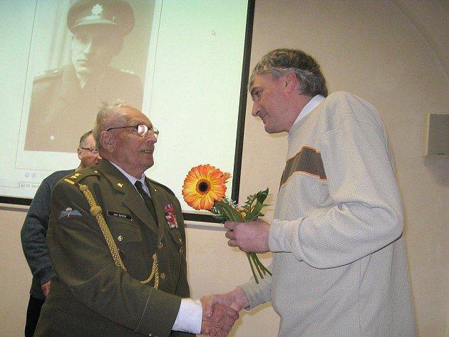 Beseda podplukovníka Jána Bačíka z Třeboně, který za druhé světové války prošel coby výsadkář speciálním výcvikem ve Skotsku