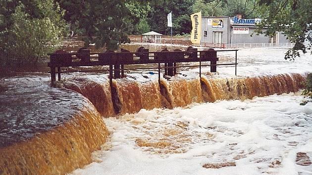 SUCHDOL NAD LUŽNICÍ. Situace u stavidel náhonu řeky Lužnice na okraji města v srpnu 2002.