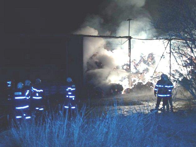 Požár skladu slámy ve Stříbřeci.