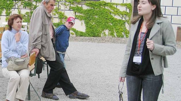 Jednou z oblíbených brigád bývá i průvodcování na zámcích. V Jindřichově Hradci provádí turisty i Barbora Talknerová.