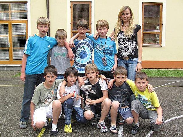 Výběr žáků 4. - 5. tříd I. základní školy v J. Hradci skončil v republikovém finále soutěže Hokejbal proti drogám na šestém místě.