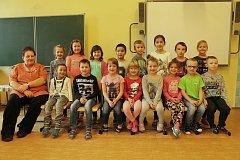 Děti z 1. A z 1. základní školy ve Štítného ulici v Jindřichově Hradci s třídní učitelkou Hanou Krajícovou.