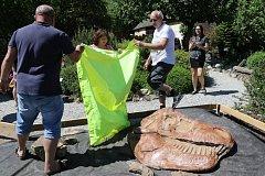 V Houbovém parku v Roseči odkryli lebku tyrannosaura rexe.