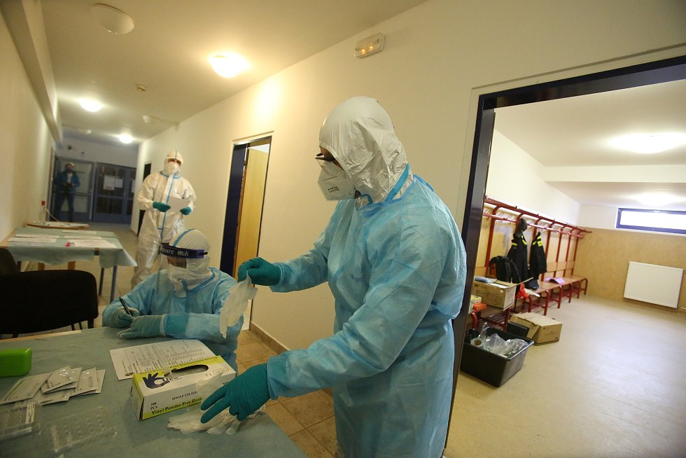 Na testování učitelů antigenními testy se podílí i jihočeští hasiči. Ve čtvrtek vyjeli do Třeboně.