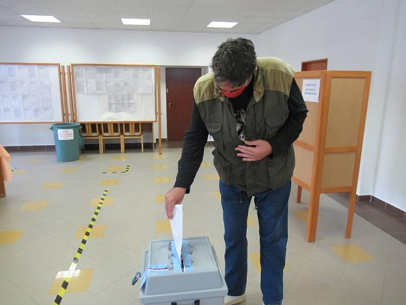 Volební komise v Lomnici nad Lužnicí zasedla v přízemí domu s pečovatelskou službou. Dámskému osazenstvu velí předseda Pavel Čečka.