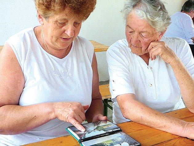 ALBUM. Věra Čížková (vlevo) a Žofie Smolková, se ani po pěti letech od ničivé povodně neubránily dojetí.