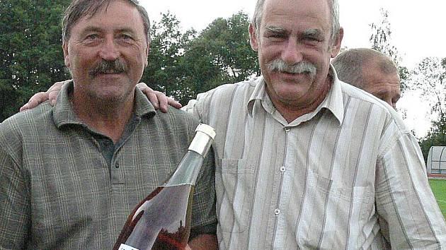 Stanislav Beran (vpravo) společně s fotbalovou legendou Antonínem Panenkou při loňských oslavách 100 let organizované kopané v J. Hradci.