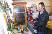 Na výstavě zahrádkářů u příležitosti víkendového Slavonického jarmarku se těšila velkému zájmu i expozice místních včelařů s živými včelami.