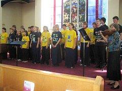 Slavonický dětský pevěcký sbor Viva la bella vystupoval o prázdninách v Kanadě. Fotografie z jejich posledního kanadského podvečerního koncertu  v sobotu 17. července je již vzpomínkou.