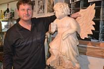 LETÍCÍ ANDĚL. Bohumil Biňovec (na snímku) v současnosti dodělává letícího anděla, který se k betlému na kamenickém zámku přidá 13. prosince.