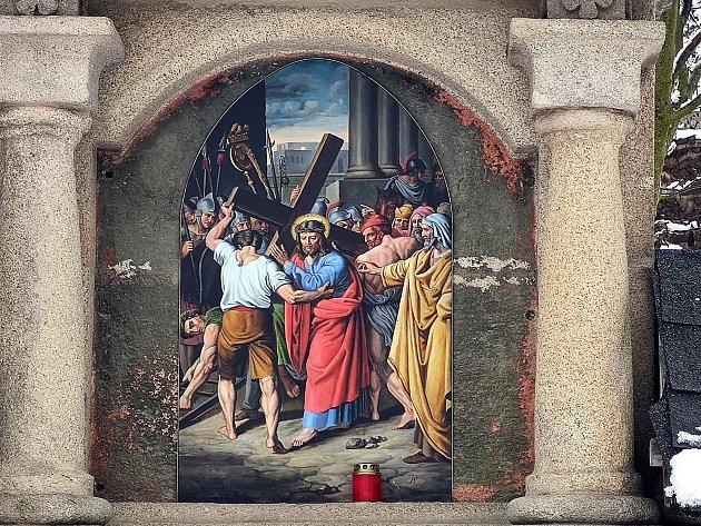 Křížová cesta ke kostelu svatého Jakuba vJindřichově Hradci. Pán Ježíš přijímá kříž.