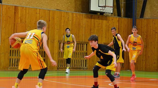 Kadeti BK Lions J. Hradec (ve žlutém) porazili ve své hale o jediný bod Jihlavu 72:71.
