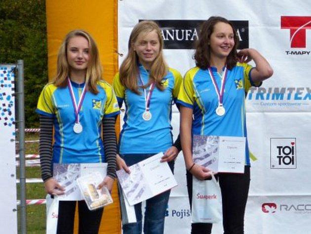 Úspěšná štafeta hradeckých orientačních běžkyň. Zleva:Eliška Hojná, Kateřina Blažková a Tereza Kinštová.