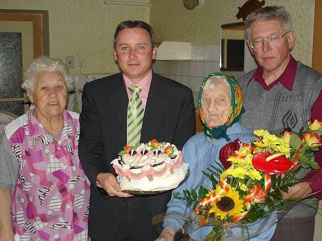 JUBILEUM. Dožít se 103. let se hned tak někomu nepodaří.  Na snímku jsou s oslavenkyní zleva Marie Bráchová, starosta města Jaromír Slíva a  místostarosta Miroslav Kotrč.