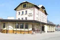 Hotel U Města Vídně v Jindřichově Hradci je již řadu let prázdný a historická budova autobusového nádraží chátrá. Před zbouráním ho zachránil statut technické památky.