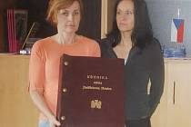 Jak vypadá kronika města Jindřichův Hradec, ukazují na snímku pracovnice odboru kultury městského úřadu Yvetta Papežová (vlevo) a Marta Jirků.