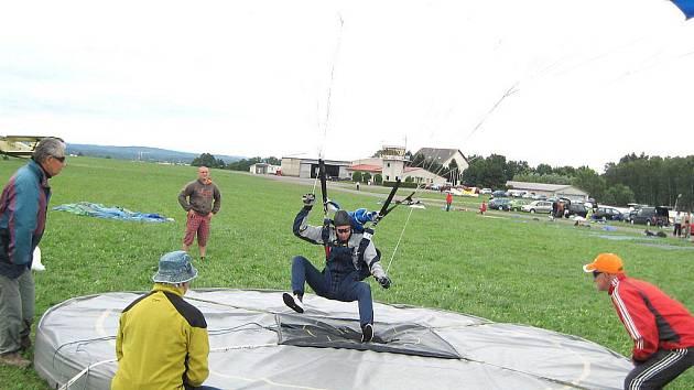 Trefit střed přistávacího terče nebylo v panujících povětrnostních podmínkách 11. ročníku Jindřichohradeckého poháru parašutistů vůbec jednoduché.