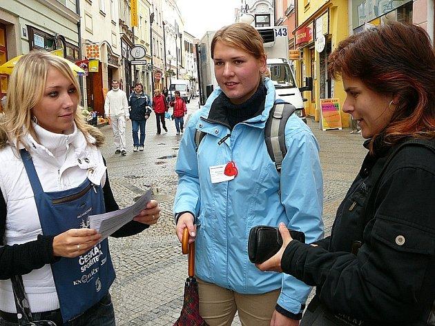 Zleva Karolína Jarošová a Háta Kasperová ze Střední zdravotnické školy v Jindřichově Hradci při prodeji srdíček v Panské ulici .