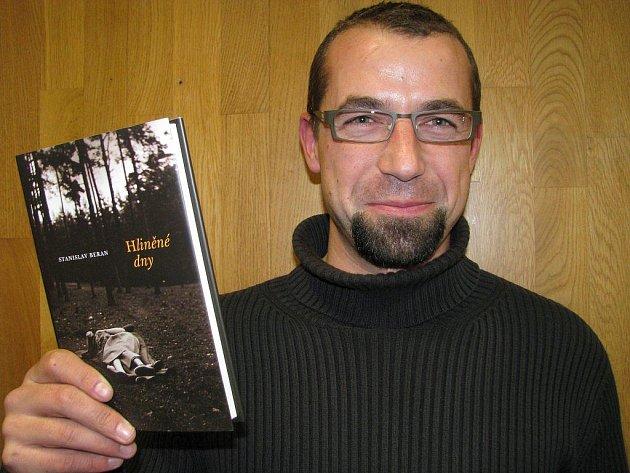 Kniha Hliněné dny, kterou  představuje  její autor Stanislav Beran (na snímku), zahrnuje dva životní příběhy  od konce války až po rok 2005. Na knižních pultech je od září.