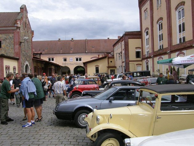 Výstava historických vozidel v pivovaru dokreslovala sobotní atmosféru v Třeboni.