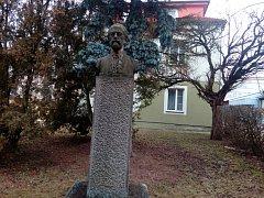 Socha Bedřicha Smetany u hudební školy v  J. Hradci.