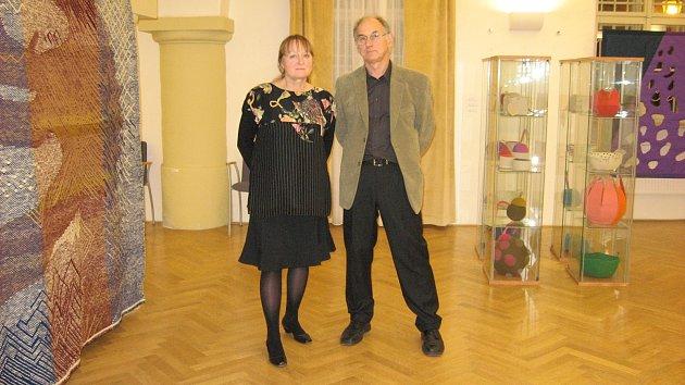 Výstava Vidličkou, jehlou a kleštěmi v Muzeu Jindřichohradecka představuje tvorbu textilních výtvarníků, manželů Vodákových z Prahy.