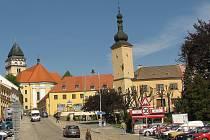 Dačické náměstí s pohledem na starou radnici.