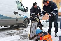 Pracovníci společnosti ČEVAK hledali ve středu závadu na potrubí na sídlišti Vajgar v J. Hradci.