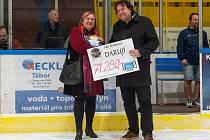 Předseda jindřichohradeckých hokejových Střelců Vladislav Svoboda předává šek s částkou ze vstupného ze zápasů národních týmů Česka a Ruska do 16 let ředitelce organizace Otevřená Okna Drahomíře Blažkové.