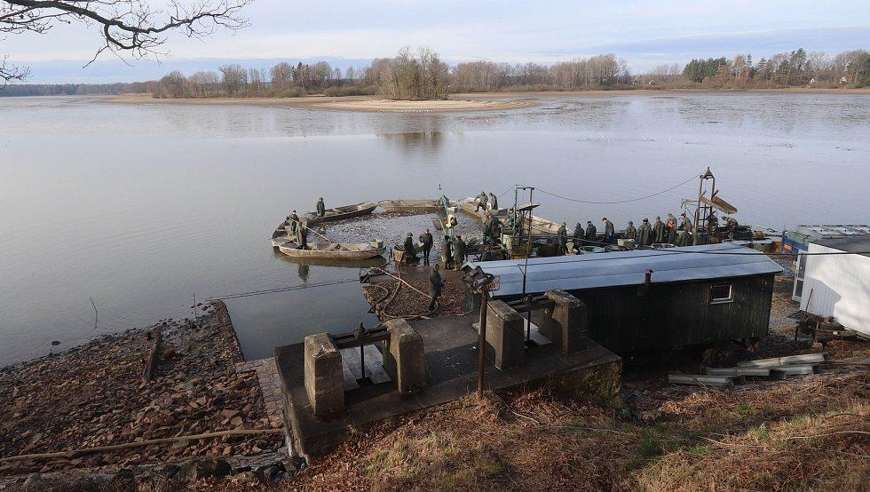 Jarní výlov rybníka Opatovického v Třeboni.