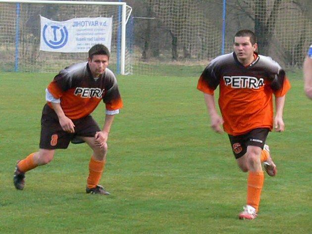 Číměřský útočník Petr Kodada (vpravo) zařídil vítězství svého celku nad Stráží 5:1 a se čtyřmi góly se stal střelcem víkendu.
