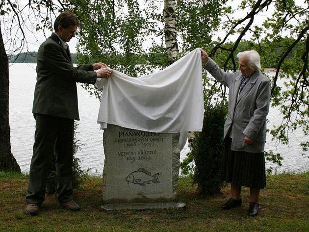 Pamětní desku odhalovala neteř Plaňanského Antonie Hovorková a za rybáře Michal Kotyza.
