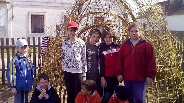 Děti si v Příbrazi vysázely vrbovou chýši.