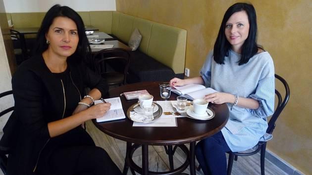 Organizátorky akce Beauty day Petra Beerová (vpravo) a Klára Klimentová pomáhají ženám na mateřské cítit se dobře. Akce navíc podporuje Autis Centrum v Českých Budějovicích.