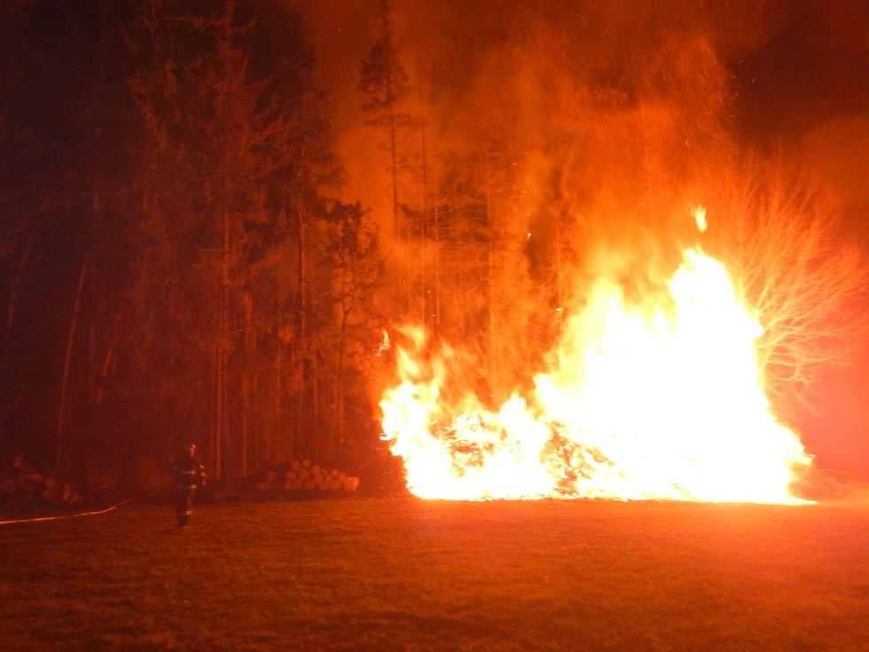 Požár dřeva složeného na okraji lesa mezi sídlištěm Vajgar a Jitkou.