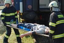 VYPROSTIT ZRANĚNÉ z vykolejeného vlaku a předat je do péče zdravotníků bylo úkolem hasičů při taktickém cvičení na jindřichohradeckém vlakovém nádraží.