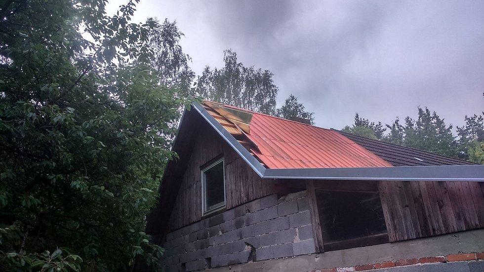 Bouřka v Dívčích Kopách poničila střechu.
