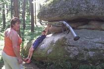 Sochu Bambitku u Graselovy sluje na slavonické Graselově stezce si  prohlížela  Hana Langová a visí na ní Míla Žampová (na snímku).