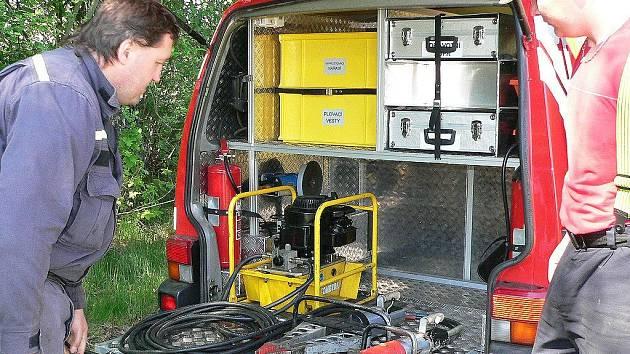 Zásahové vozidlo dobrovolných hasičů v Suchdole nad Lužnicí je vybaveno jak hydraulickými nůžkami na vyprošťování lidí při dopravních nehodách, tak i nádrží na prvotní hašení požáru.  Na snímku jsou  Ondřej Vajo (vpravo) a Karel Trsek.