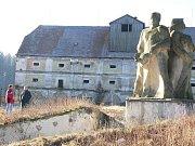 Pomník kolektivizace je stále prvním bodem, který poutá oči návštěvníků oblíbeného vodního zámku Červená Lhota. Ve špejcharu za ním mělo vzniknout i Muzeum kolektivizace.